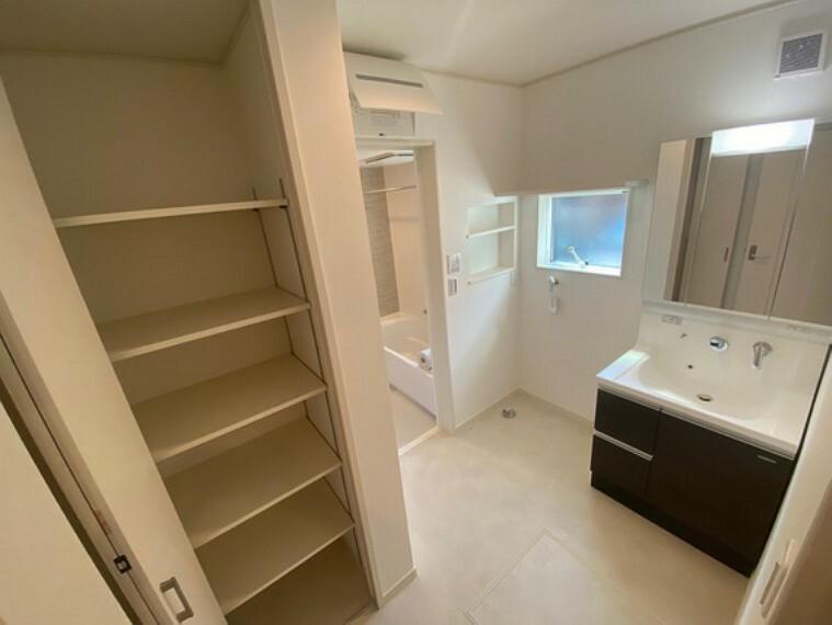 洗面化粧台 大きくて見やすい三面鏡の裏面がすべて収納です。洗面室にも可動棚付きの収納があります。