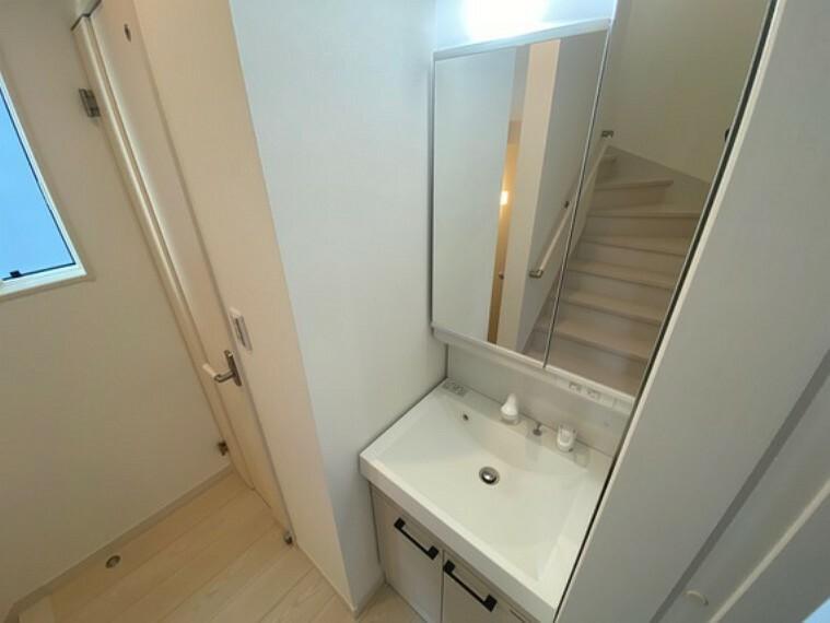 洗面化粧台 シャワー付き洗面台を1階と2階の2カ所に設置しました。水栓や排水口はお手入れ簡単設計です。