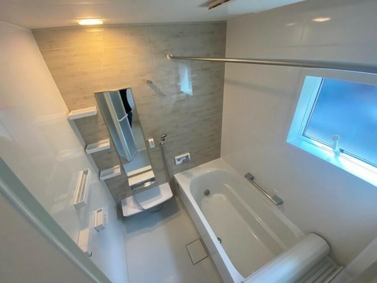 浴室 1坪風呂、天井にビルトインの浴室暖房乾燥機付きで雨の日の洗濯物もご安心ください。