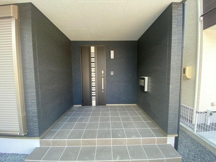玄関 他社さんではあまり採用していないワンランク上の玄関ドア!手が塞がっているときでも便利なリモコンキー機能付、ディンプルキー+ダブルロックで防犯性も高いです。