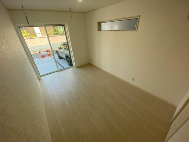 洋室 各洋室のお部屋の壁紙が1面だけお洒落なアクセントクロスが施されます。主寝室には室内物干しとウォークインクローゼット付き!