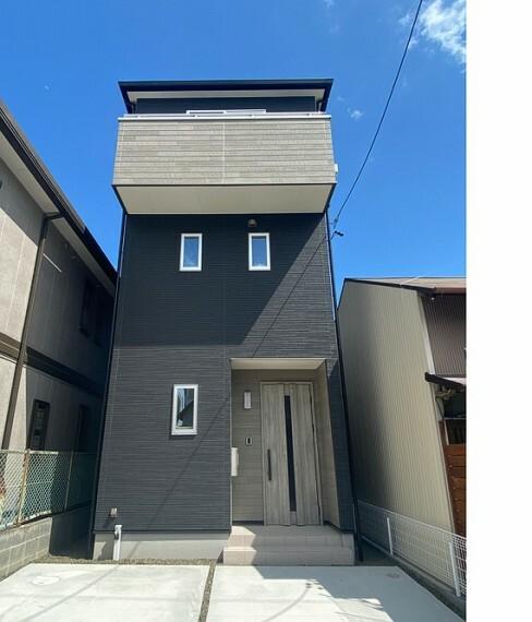 現況外観写真 建物完成しました!いつでもご内覧できます!ブラックの外壁にウッド調のアクセントがおしゃれな外観です!