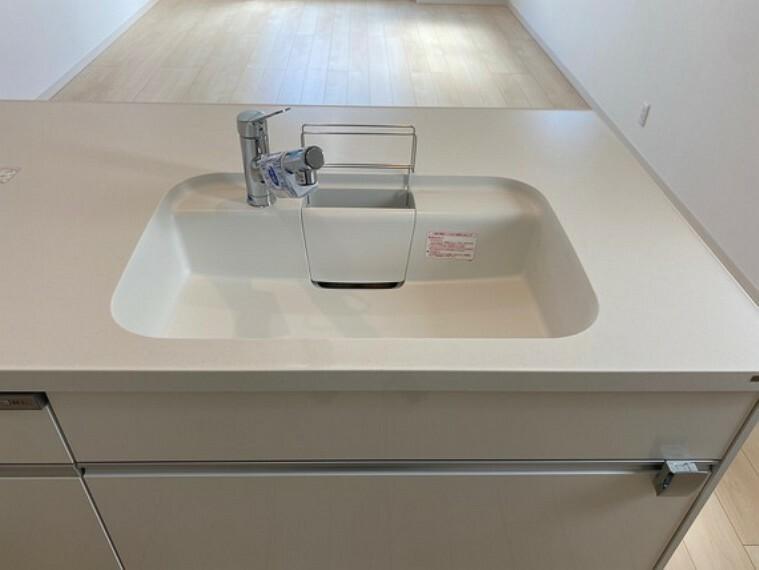 キッチン トップとシンクが人造大理石で継ぎ目なし、食器洗浄乾燥機付、IH電気調理器(グリル付)、扉はソフトクローズ機能付