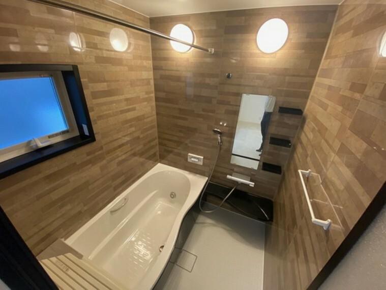 浴室 浴室内乾燥付きのユニットバスとなっているため、雨の日のお洗濯も楽々対応できますよさらに、全面カラーパネルでおしゃれ!汚れも目立ちにくいです。