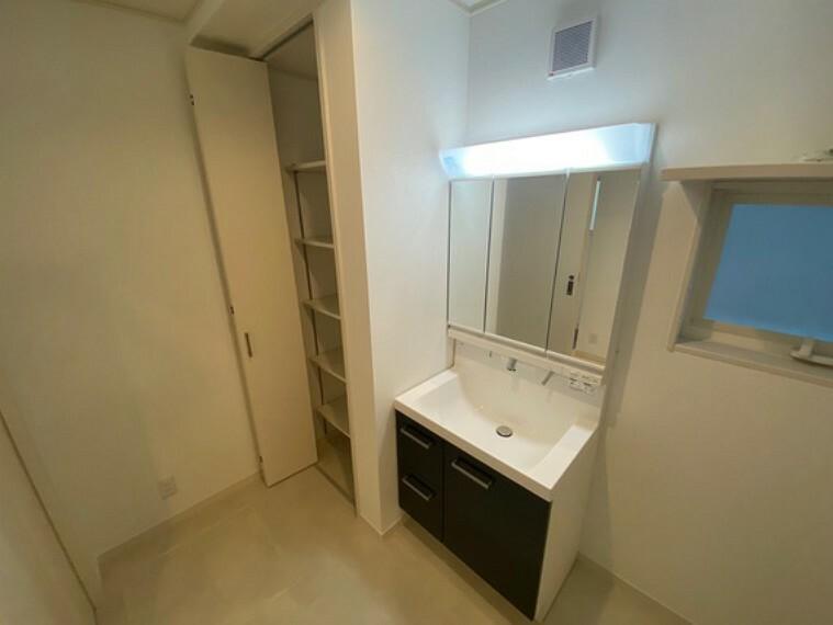洗面化粧台 洗面台は三面鏡となっています。また、水道はシャワータイプとなっており、朝の身支度が楽々こなせる設計になっていますよ洗面脱衣所には収納もあるのでタオルや肌着類をしまっておけます!