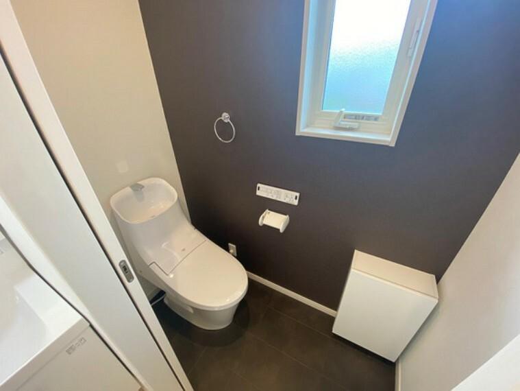 トイレ 超節水+節電機能!!フチがない便器なのでお手入れ手間なし、ノズルシャッターがついて清潔に保てます。写真は2階トイレ