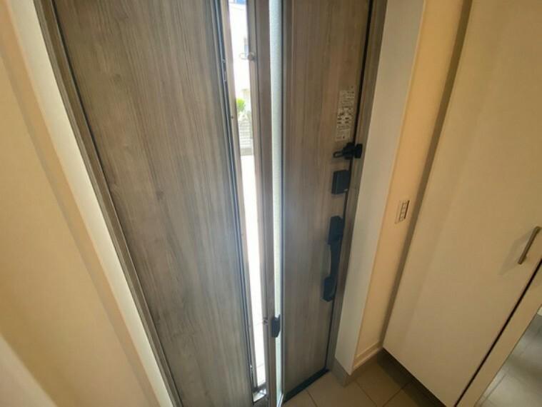 玄関 採風の窓付き玄関ドアです!