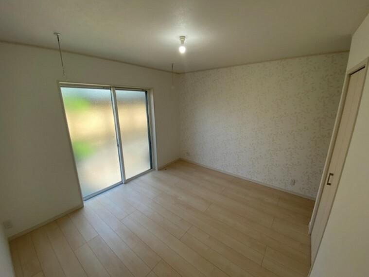 洋室 主寝室には室内物干しが付きます!さらに1階寝室にはシャッターも付くので防犯面も安心