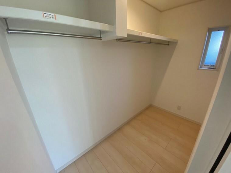 収納 広いウォークインクローゼットはオフシーズンの衣類や家電を収納するのに便利です!主寝室についています!