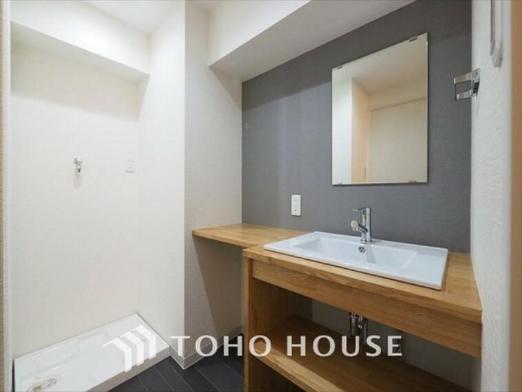 洗面化粧台 【Wash basin】十分な大きさの洗面台は収納もさる事ながら、身だしなみチェックや歯磨きなど、朝の慌ただしい時間でもホテルライクなスペースで余裕とゆとりを感じて頂けます。