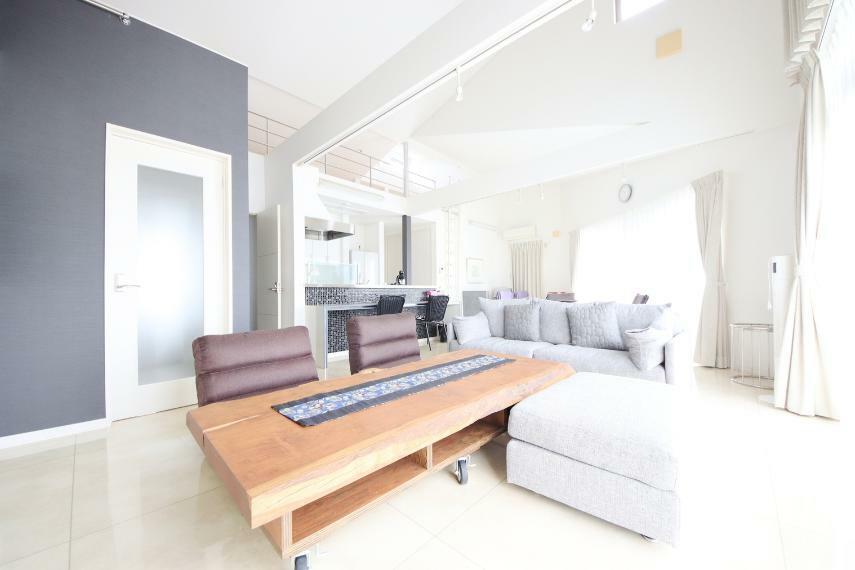 居間・リビング 23帖のリビング 開放的で、ご家族でくつろげる空間です(*^^*)