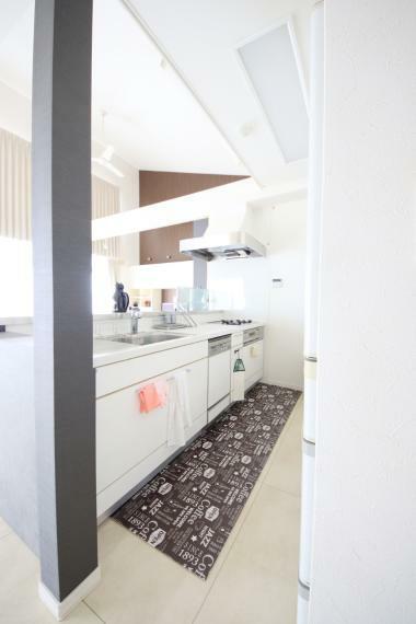 キッチン 食器洗い機付き、システムキッチン。見晴らしもよく、家族と会話が出来ます(*^^*)