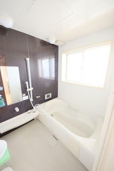浴室 大型の浴槽に浸かって日頃の疲れを癒して頂く事が出来ますね!