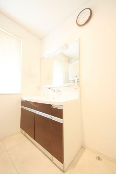 洗面化粧台 ハンドシャワー付き洗面台。広い洗面ボウルでは楽にシャンプーや手洗い洗濯ができます。