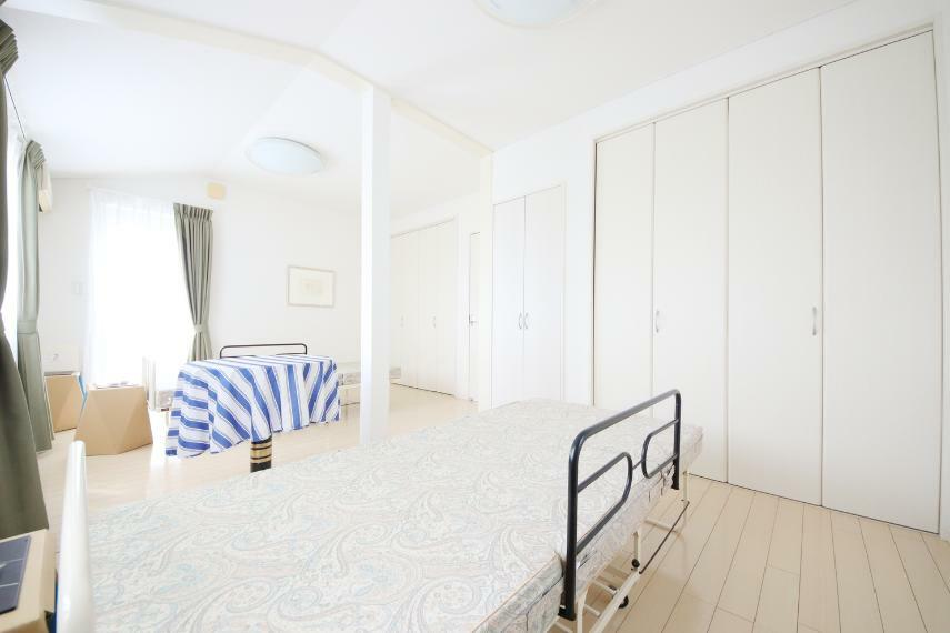 洋室 居室B・C 合わせると、10.5帖 収納も充実、お部屋を広々使えます!