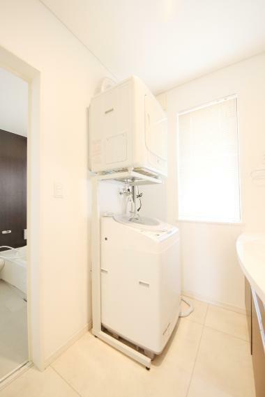 洗面化粧台 洗面室 窓があるので換気もしやすいですね!天井高があるので、ゆとりがあります!