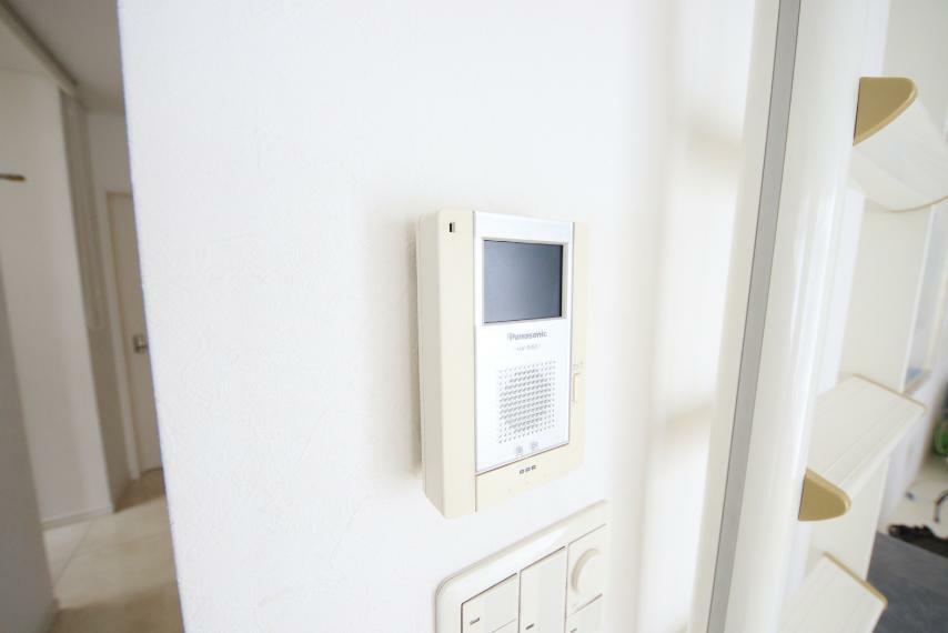 カラーモニター付きインターホンで家事中の来客もすぐご確認いただけます。