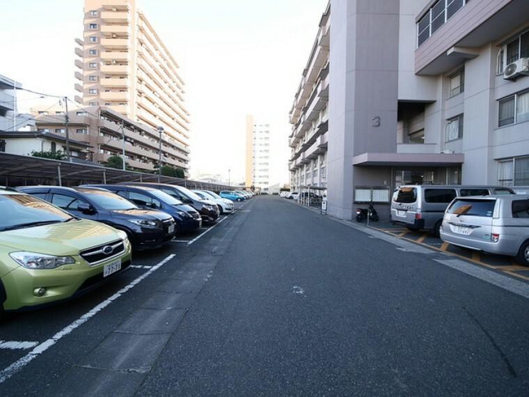 駐車場 駐車スペースも広々! ※2021年7月現在空スペースなし(専用使用権なし) ※空状況は変動しますので、事前にご確認ください。