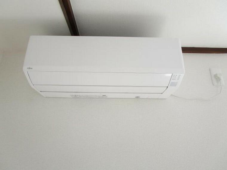 【同仕様写真】新品エアコンを1台設置しました。引っ越しすぐでも使用できますので、快適ですよ。また、他部屋のエアコン設置も、別途見積もり承りますので担当へご相談下さい。