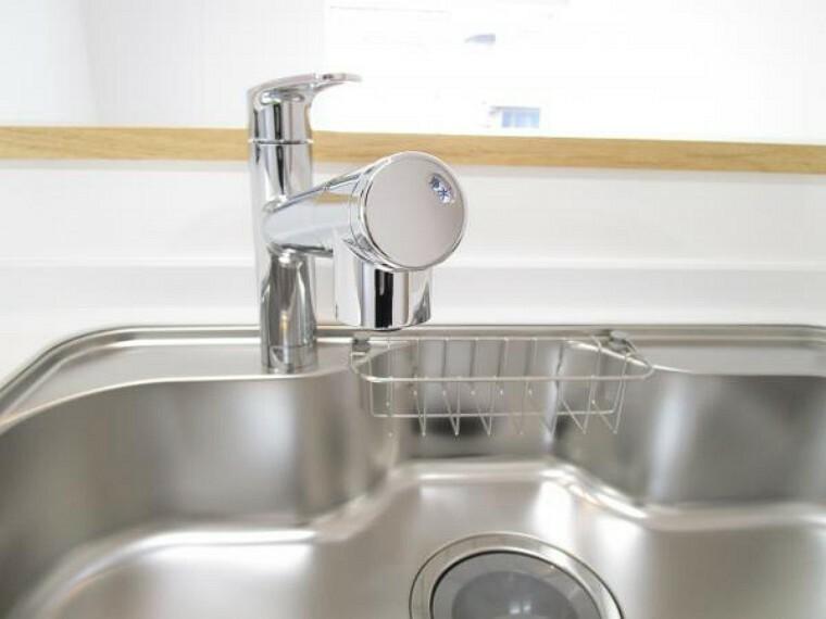 専用部・室内写真 【同仕様写真】新品キッチンの水栓金具はオールインワン浄水栓を設置予定です。水栓本体にスリムに内蔵された高性能カートリッジは、セラミックフィルターを含む5層構造でおいしい水をつくります。