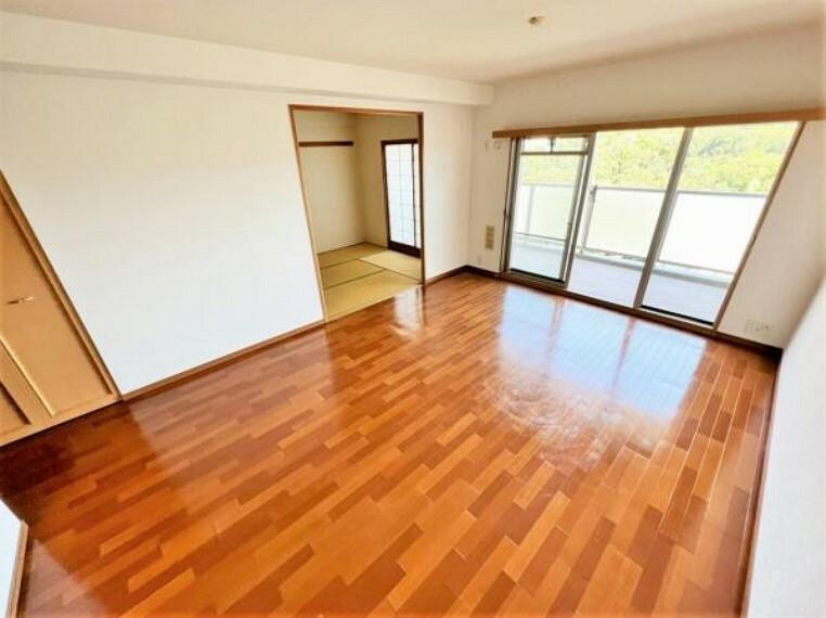 居間・リビング 陽当たり、通風ともに良好!明るいお部屋ですね