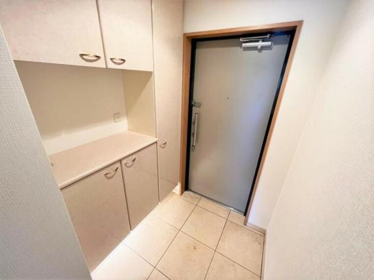 玄関 コミュニケーション充実の対面キッチン、明るい室内です
