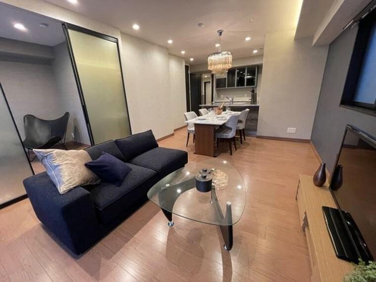 居間・リビング リノベーション済。ラグジュアリーモダンな家具付きです。