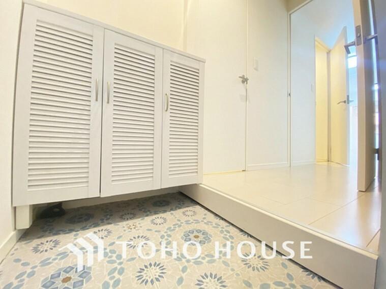玄関 飾リ過ぎないシンプルな内装と偏り過ぎないデザインの玄関