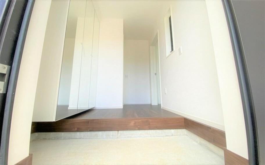 玄関 我が家の顔である玄関。明るい雰囲気でついついお客さんを呼びたくなるおうちです。