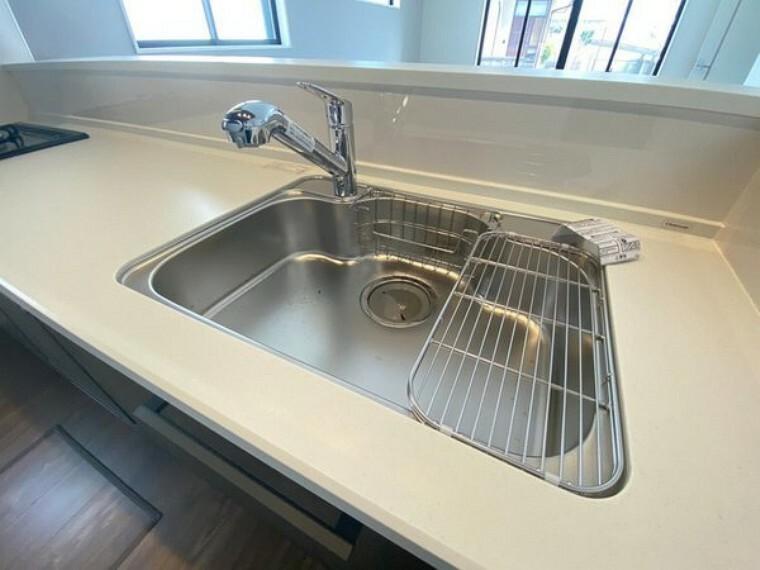 キッチン ステンレス製シンク。奥行きがありますので、食器洗時のストレスも減りそうです。