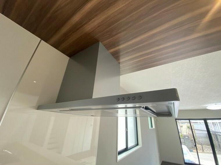 キッチン レンジフードはお料理の煙をしっかりと吸い取ってくれます。窓もあるのでキッチンのにおいも気にならなさそうですね。