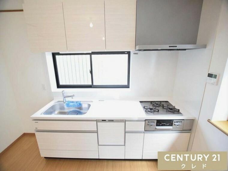 キッチン 正面に窓が付いているのでお料理するのも明るく使いやすいです!広々とした作業スペースは、お料理が手際よく進み楽しめます!お問合せはセンチュリー21クレド川越店まで!