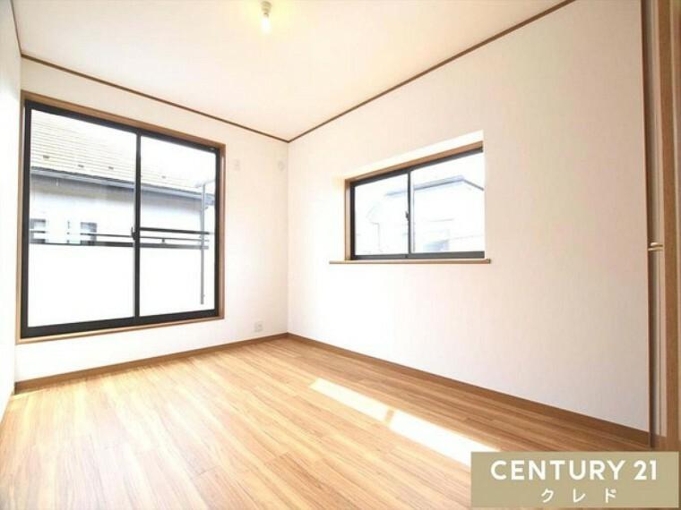 洋室 木目調のフローリングに白い壁。シンプルな印象を与えます。どんな家具でもマッチしやすい雰囲気はお部屋作りの幅も広げてくれます。入居後の楽しみが増えます!現地内覧の御予約承っております!お問合せ下さい!