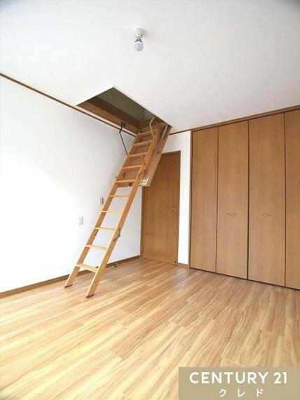 洋室 2階洋室は全居室明るい南向き&6帖&収納付き!お部屋が散らからずスッキリします!大きな掃き出し窓からたっぷりの陽光差し込み明るい居室です!リフォーム済なのですぐにでも、ご入居可能です!