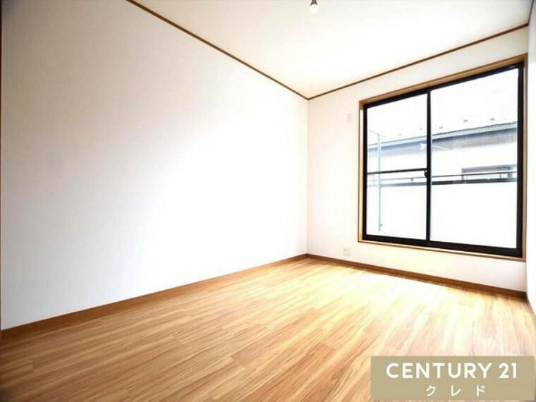洋室 ほっと安らぐ落ち着いたナチュラルな色合い。 大きな窓からは快適な光を取り入れ通気性能を上げることで居心地の良い空間を演出します。 センチュリー21クレド川越店までどうぞ!