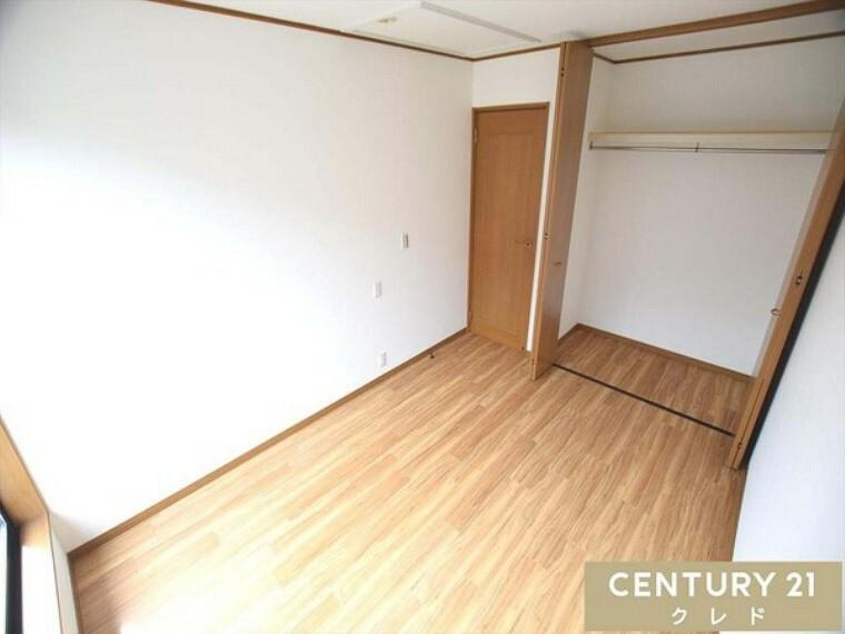 洋室 全居室に収納スペースがあるので、ご家族それぞれが自分の部屋に自分の物を収納できますね! 日中はもちろん、お仕事帰りのご見学もお気軽にお申し付け下さい。