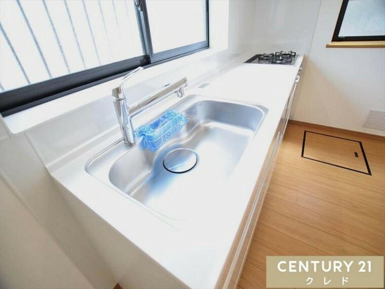 キッチン 使いやすい大型シンクのシステムキッチンです!大きな鍋でも楽々洗えます!曲線の大きなステンレス製シンクは汚れも落としやすく、日々の洗い物もしやすいです!