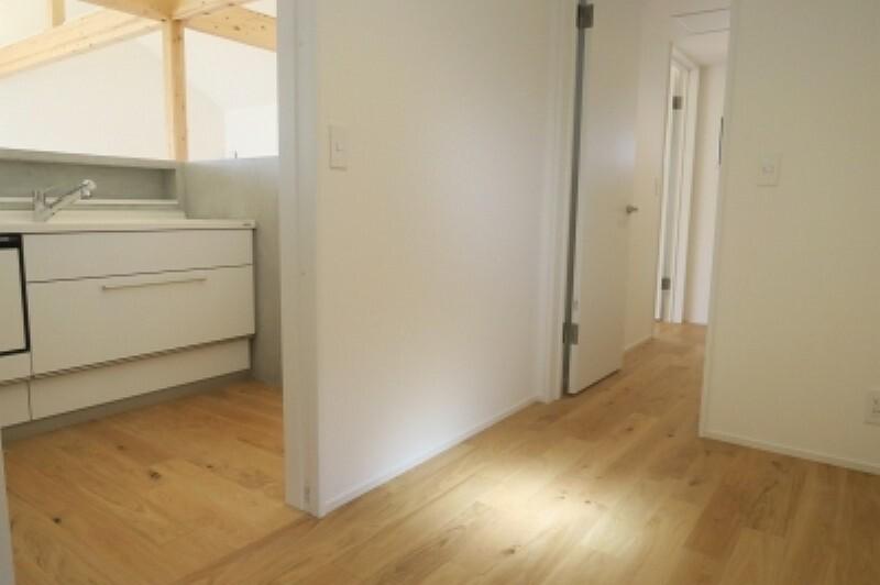 収納 キッチン奥に収納部屋としても使える納戸があります。