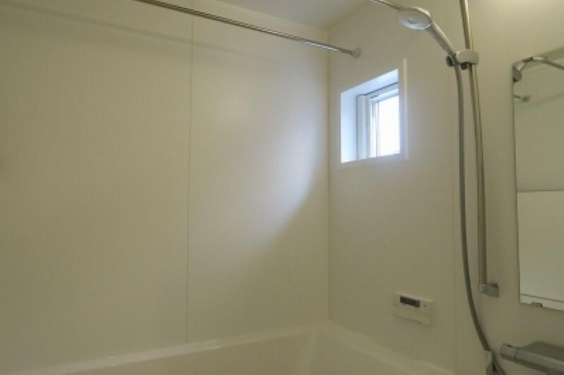浴室 浴室は湿気がたまりやすく、換気扇だけでは心配。。。窓をあければお風呂がカラっと乾きます。