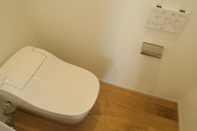 トイレ 新築戸建てなら今や標準装備は当たり前。気持ちいいウォシュレット機能。