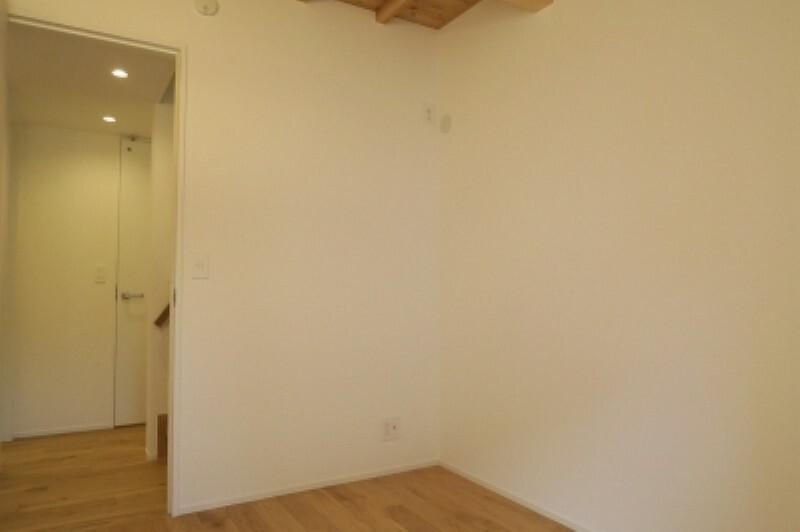洋室 たっぷりの陽光に包まれる明るい1階部屋。