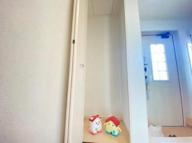 同仕様写真(内観) 【収納】1階玄関ちかくの収納は奥の物も取りやすい設計でお掃除用具入れなどに使えそう!