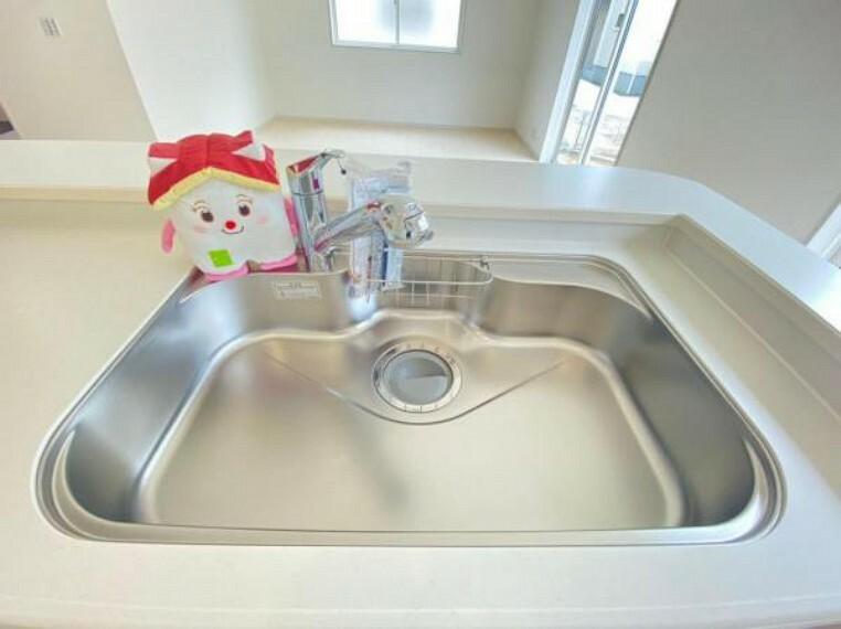 蛇口の先端に浄水器を内蔵。浄水器ごとホースを引き出せるのでシンクのお掃除もらくらく!