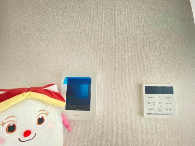 生活時間の違う家族には便利な追い焚き機能付きです!映像と音声で玄関先の様子をチェックできるモニター付インターホン。