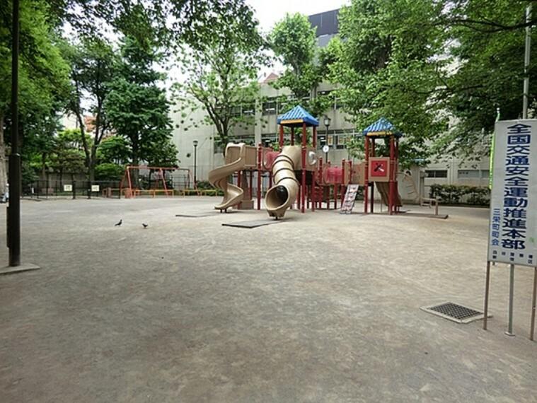 公園 コンビネーション遊具が人気で子ども達が元気に遊んでいます。赤ちゃん用ブランコ、砂場、鉄棒もあるので遊具は揃っています。