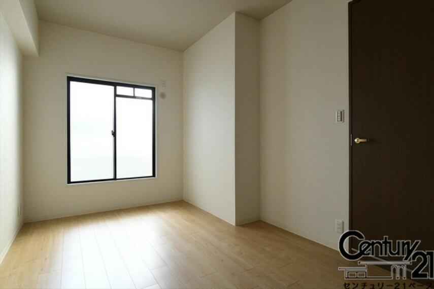洋室 ■現地撮影写真■日当たりのよい明るい雰囲気の洋室です!