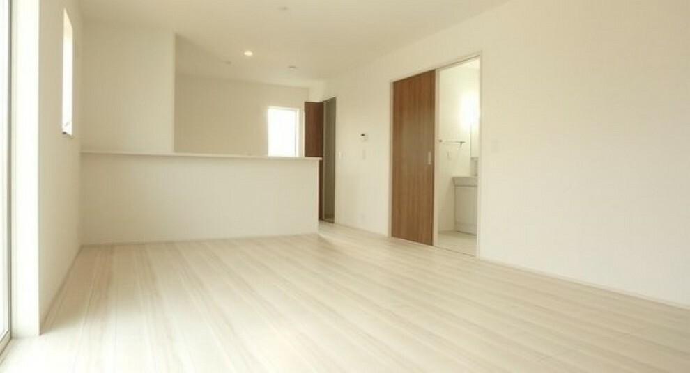 居間・リビング フローリングが綺麗で明るい室内