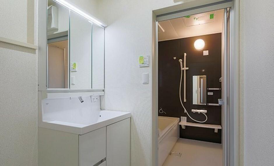 洗面化粧台 広い脱衣所にかなり充実の収納力に快適!