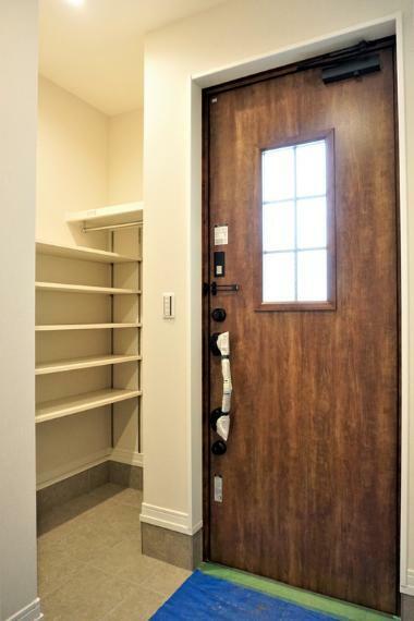 玄関 【施工事例:SIC】明るく爽やかな玄関。広々とした空間から生まれる暮らしのゆとり。
