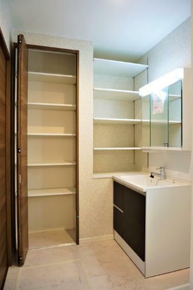 洗面化粧台 【施工事例:洗面所】シャワー付洗面台で朝の身だしなみも爽快!収納スペースが充実しているのですっきりと片付けることができます。